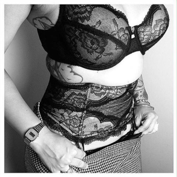 fulltime-lingerie-chantelle-classic-lace-lingerie-suspender-belt-black-and-white